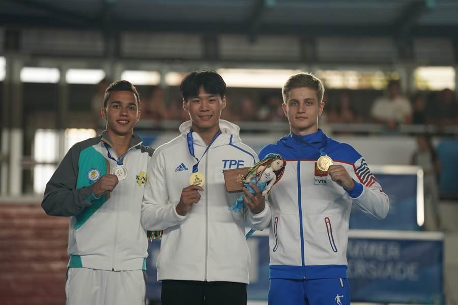 唐嘉鴻和銀牌哈薩克選手卡瑞米(Milad Karimi)、銅牌俄羅斯選手史崔托維奇(Ivan Stretovich)合影。(大專體總提供)