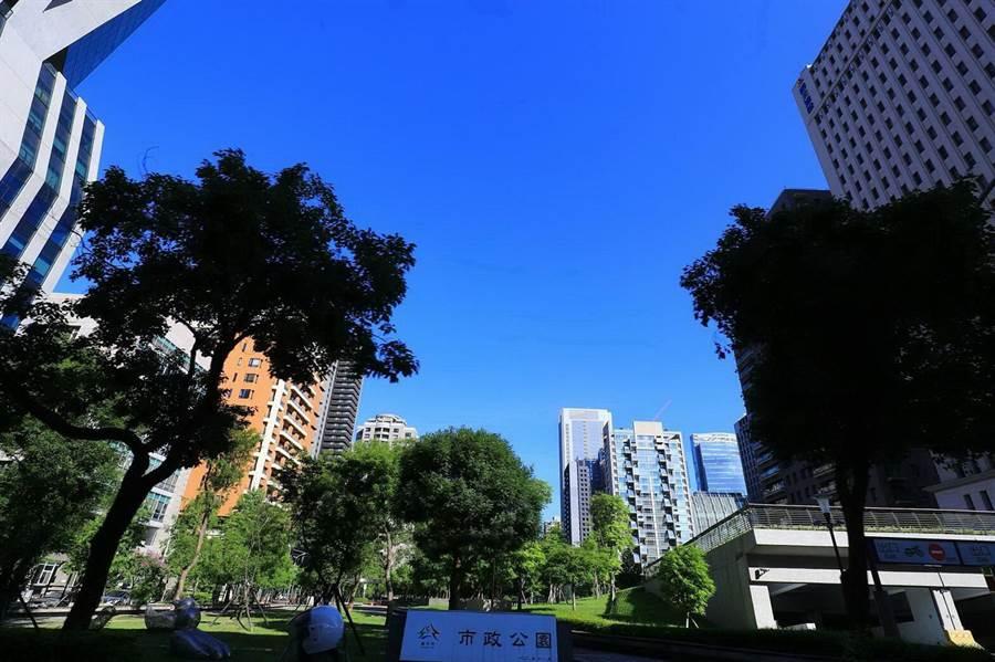 台中市長盧秀燕發起「抬頭看天空」運動,天空是最準的指標,空品好不好市民最有感。(盧金足攝)