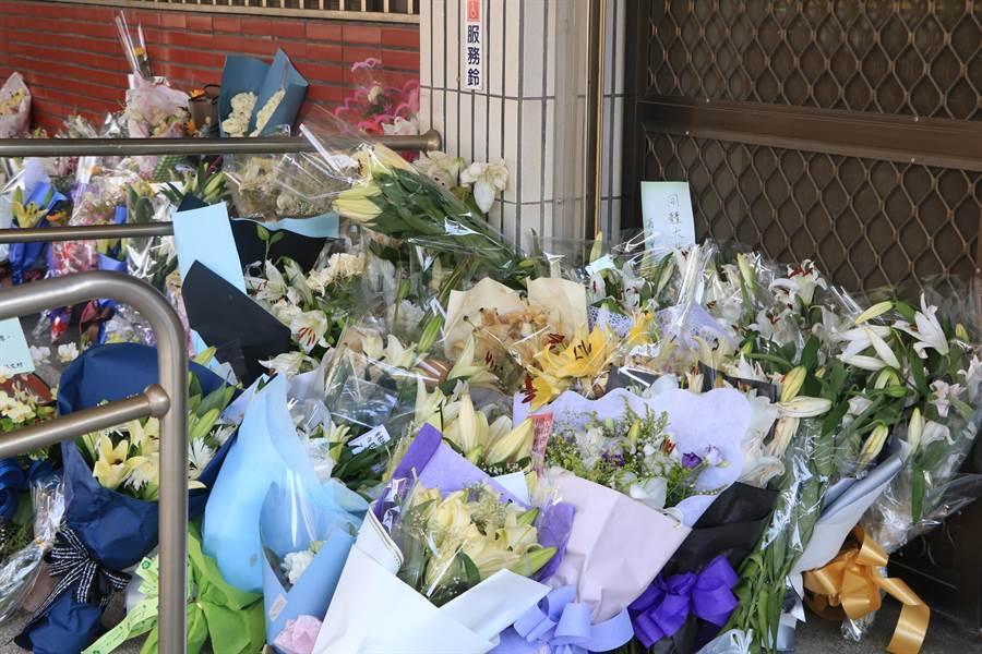 鐵路警察局嘉義派出所前擺滿民眾送來的花。(張亦惠攝)
