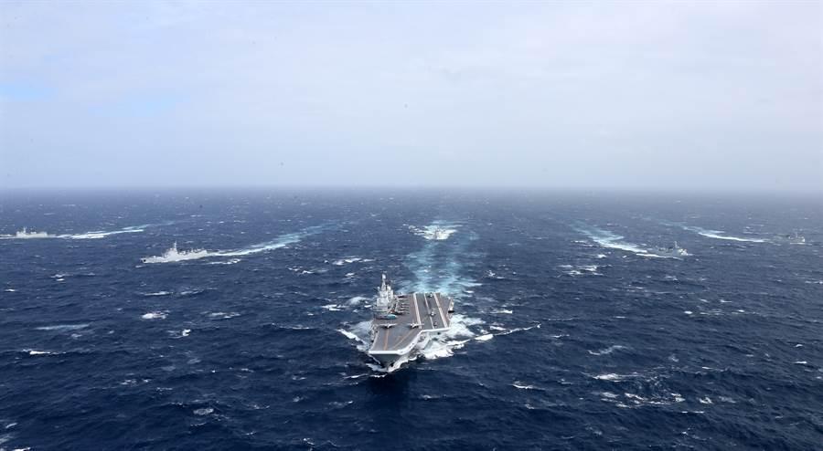 解放軍「遼寧」艦航母編隊向西太平洋航渡的資料照。(新華社)