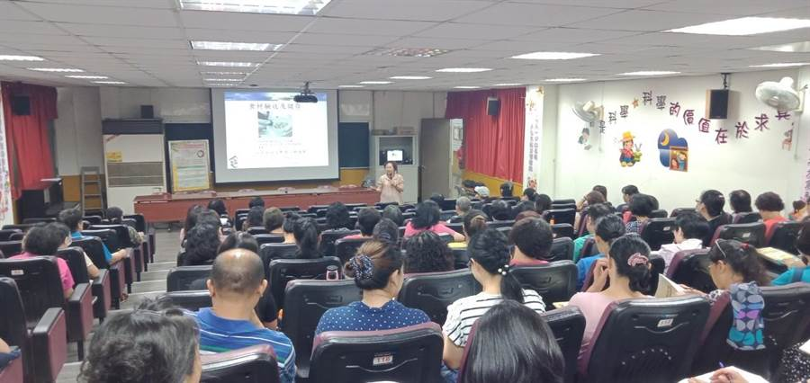 台中市政府教育局舉辦「廚房工作人員食品衛生講習」。(陳世宗翻攝)