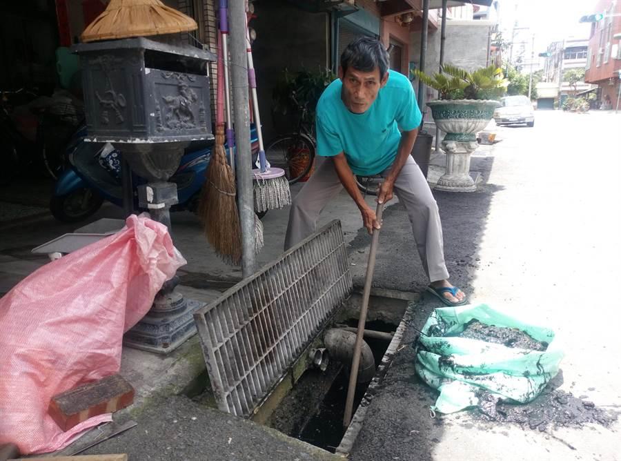 雲林縣土庫馬光民權冰店業者張墐鑫主動清社區排水溝,讓社區不淹水。(許素惠攝)