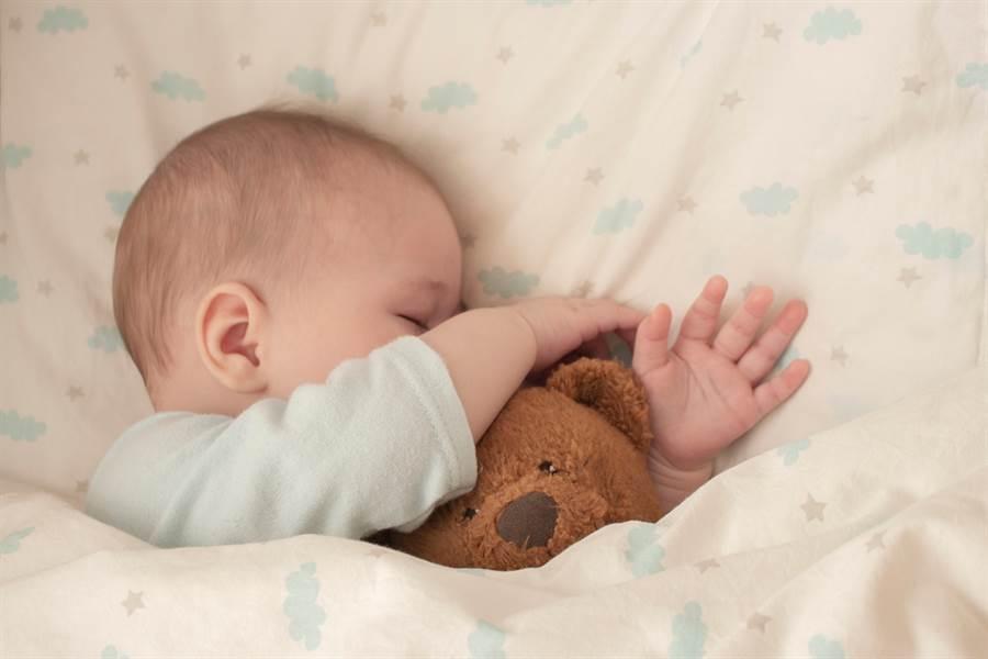 老醫師偷情理師生一子,醫師娘聽到嬰哭聲知真相怒提告。(示意圖/shutterstock)