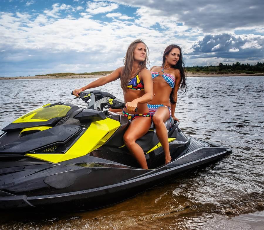 女大生穿比基尼玩水上摩托車,竟付出慘痛代價。(達志影像/shutterstock提供)