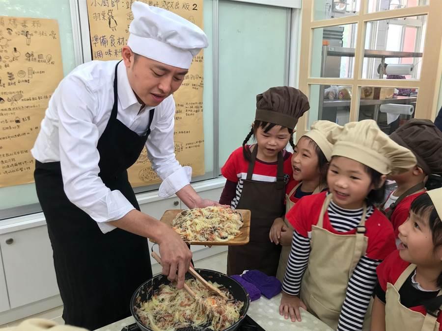 新竹市政府為讓孩子的營養受到照顧,決定將「獨立廚房」列為未來公幼的標準配備,市長林智堅今天特別化身型男主廚宣布這項好消息。(陳育賢攝)