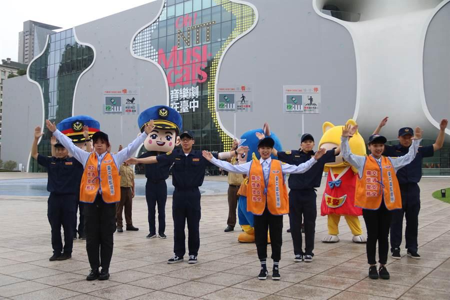 弘光科大熱舞社把「路口慢看停」歌曲編成舞蹈,分別在高鐵台中站等人潮聚集地表演,以簡單舞步倡導交通安全。(陳淑娥攝)