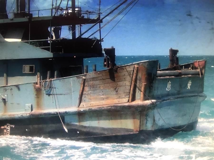 大陸漁船外觀只見地名不見船名,仍遭眼尖海巡人員識破登船檢查。(陳淑娥翻攝)