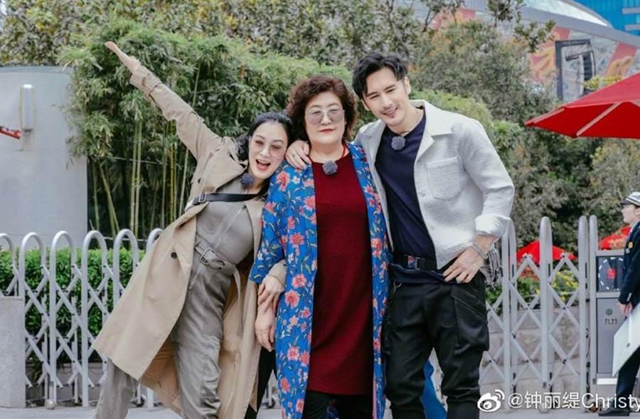 鍾麗緹和張倫碩近日帶著婆婆上陸綜《我最愛的女人們》。(圖/翻攝自微博)