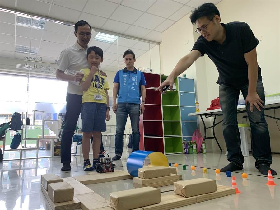 朱立倫今天下午參訪光點創意樂高機器人創客中心。(王揚傑攝)