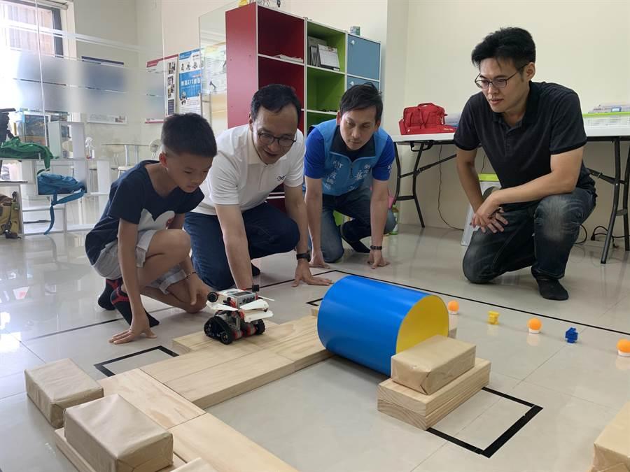 今天下午參訪光點創意樂高機器人創客中心。(王揚傑攝)