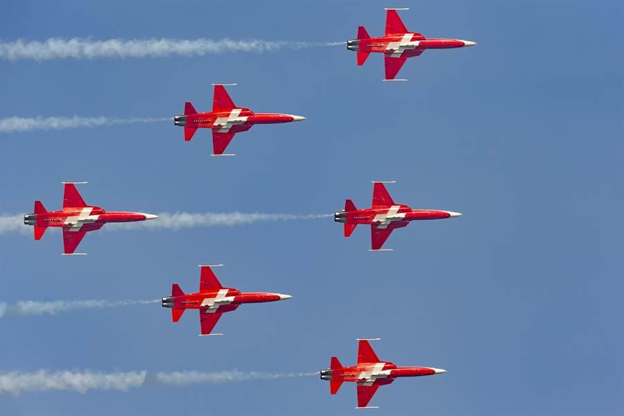 瑞士「巡邏兵」特技飛行小組駕駛F-5E戰機,在帕耶訥(Payerne)上空形成編隊飛行的資料照。(達志影像/Shutterstock)