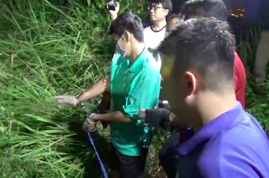 警方借提柯男到大寮山區尋找遭開槍身亡的張男屍首。(袁庭堯翻攝)