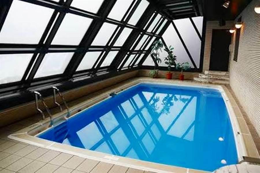 日本最紅的泳池「哈納卓能屋」(Hanazono Room)近期因棒球選手身上穿的衣服再度受到討論。(圖/翻攝自推特)