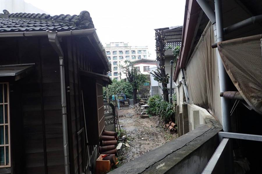 日據時期原「台南消防之父」住吉秀松宅邸(左),台南市文資處已緊急啟動暫定古蹟保全程序。(文資處提供)