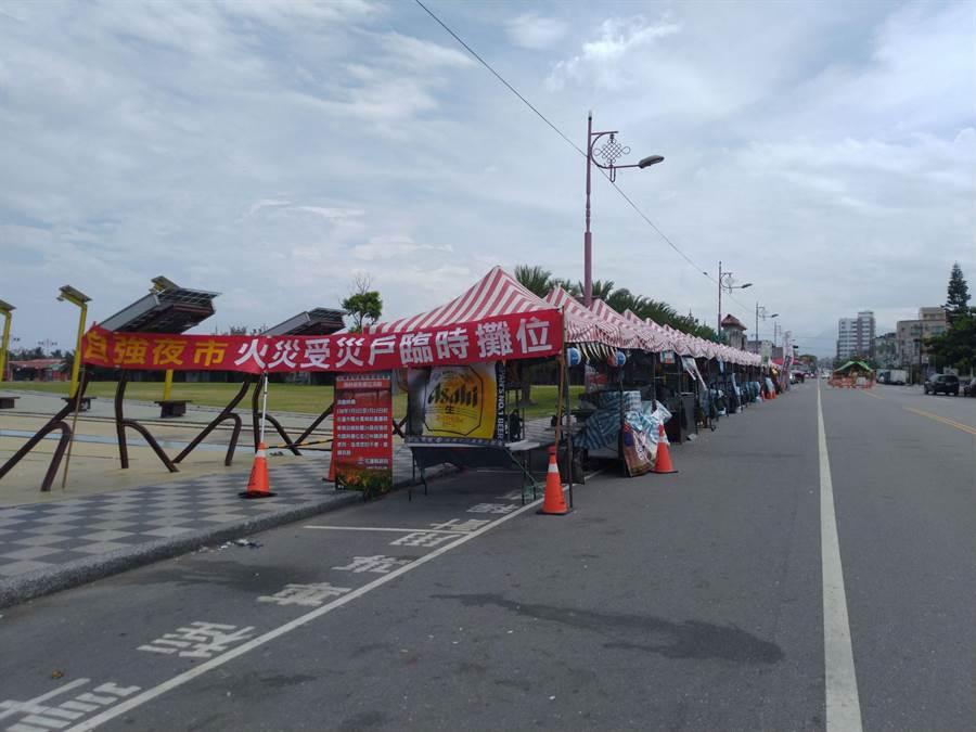 東大門24家受災攤商在夜市旁重慶路搭設臨時攤位,嘆生意仍大不如前。(許家寧攝)