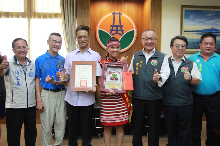 蓬萊國小學生章羽珊(中)獲總統教育獎,8日苗栗縣長徐耀昌接見表揚。(何冠嫻攝)