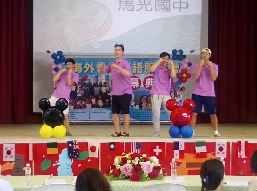 華裔青年載歌載舞展才藝。(許素惠攝)