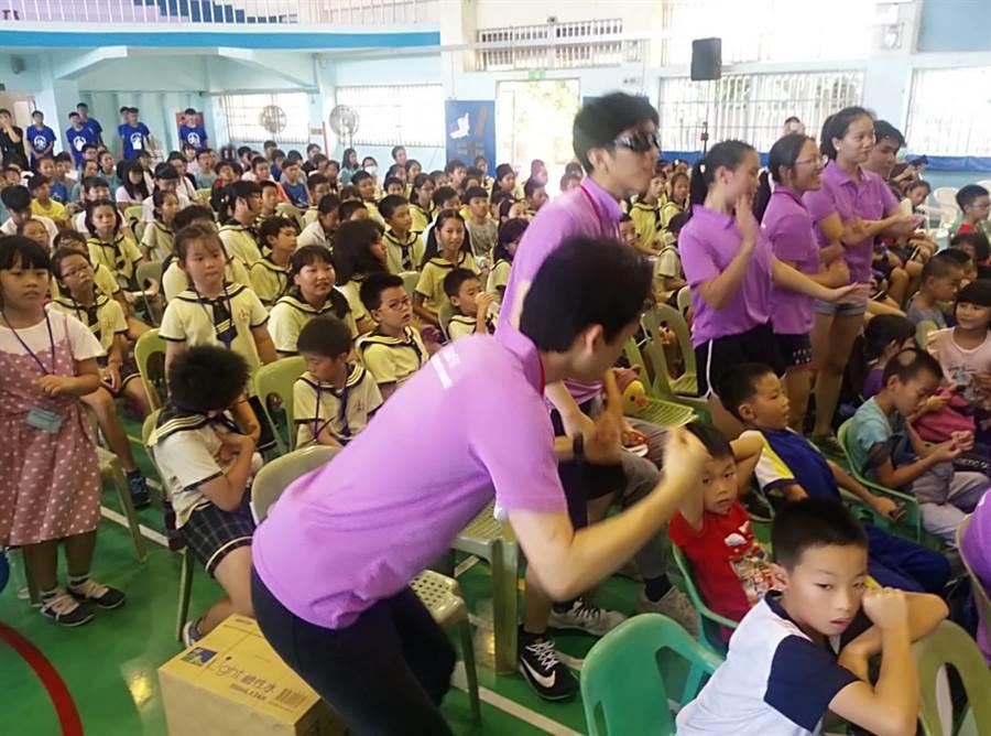 華裔青年鼓舞在地學生跟著一起唱跳。(許素惠攝)