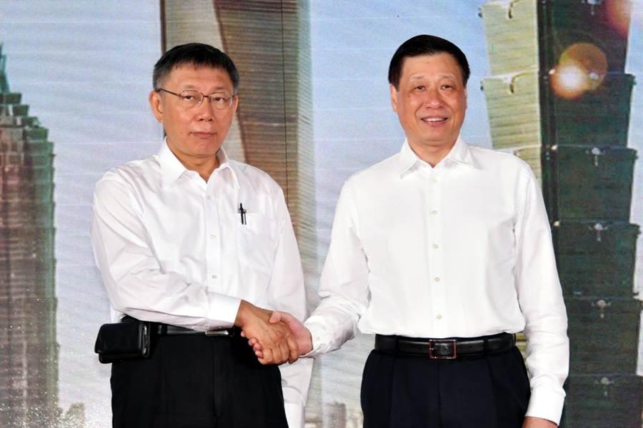 台北市長柯文哲(左)在雙城論壇開幕式致詞時和上海市長應勇共同提及「兩岸一家親」。(圖/台北市政府提供)