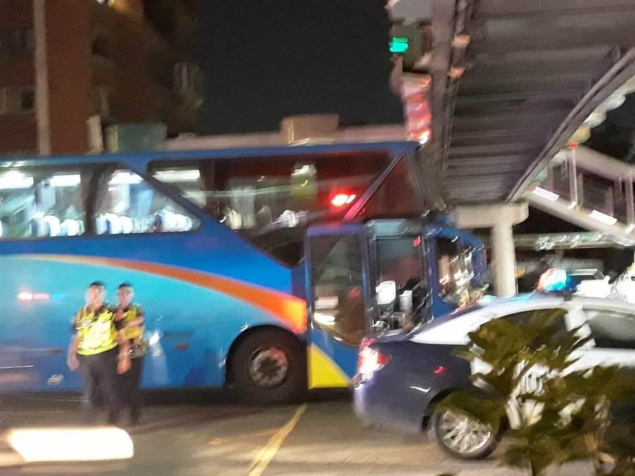 邱姓女子駕駛台北客運大客車,晚間7時許遭賴姓婦人撞擊右後方,而70多歲賴姓婦人經急救仍宣告不治。(李文正翻攝)