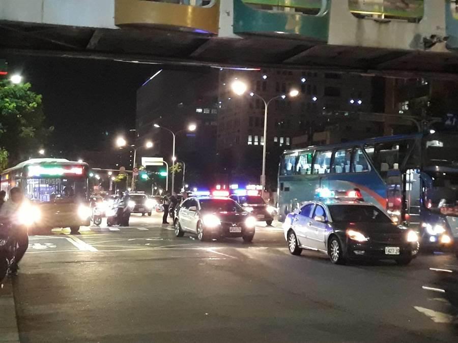70多歲賴姓婦人騎車機車先撞擊2輛機車後又撞擊大客車右後方,賴婦經急救仍宣告不治,至於肇事原因將後續調查釐清。(李文正翻攝)