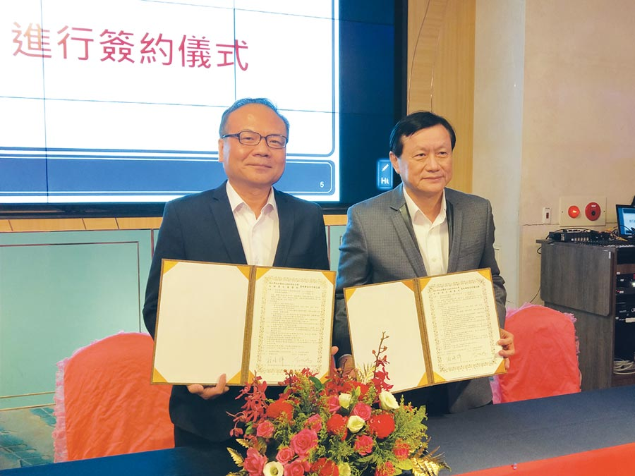 校長翁順祥(左)與高榮院長劉俊鵬。圖/周榮發