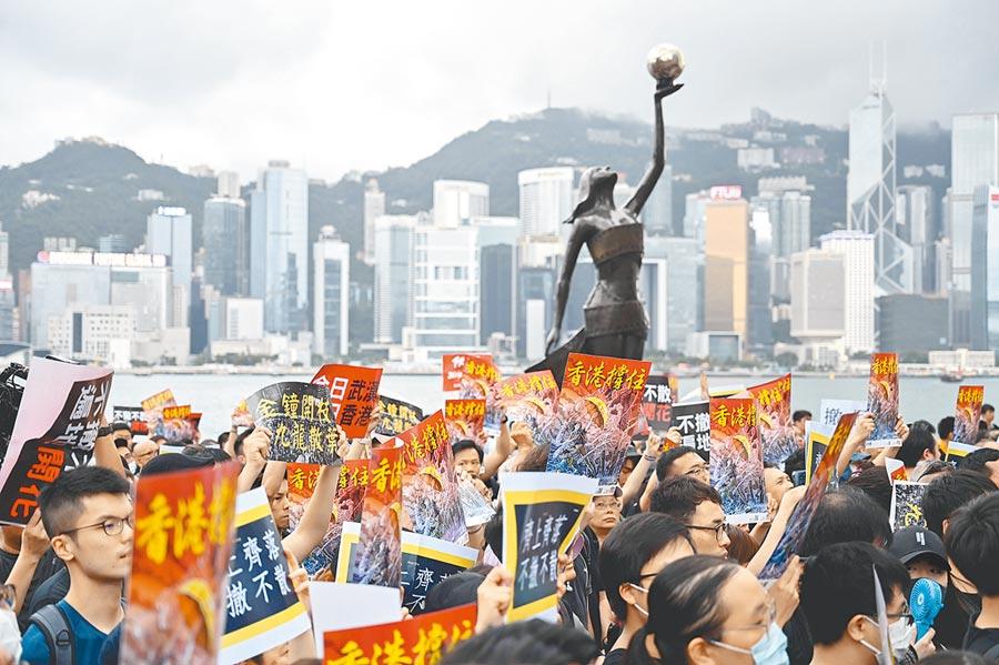 香港7日再次發起反修訂《逃犯條例》大遊行,主辦單位稱有超過23萬人參與。(法新社)