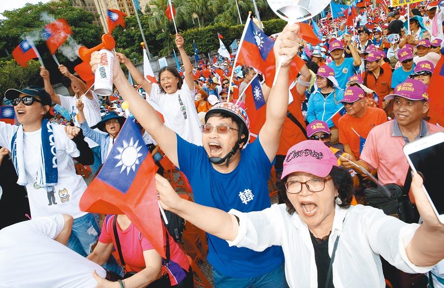 國民黨7日在凱道舉行「反鐵籠公投 凱道大會師」活動,支持者搖著國旗,向民進黨政府抗議。(陳君瑋攝)