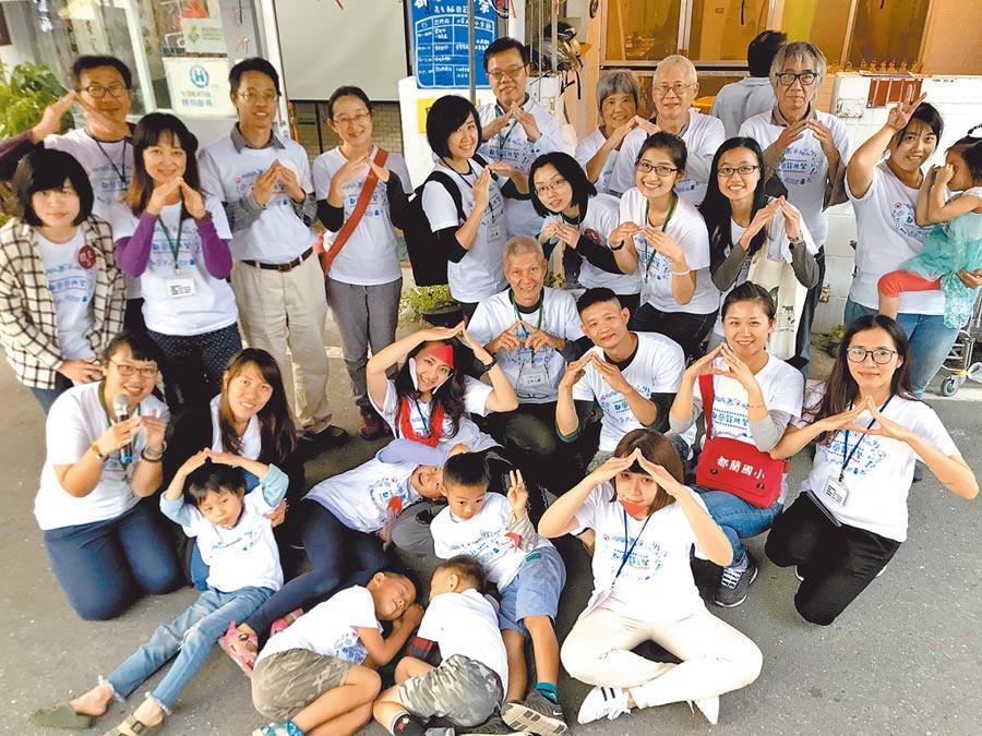 都蘭診所余尚儒夫婦(後排左四、左五),與在地的社區志工團攜手打造幸福社區。(好家宅共生文化教育基金會提供)