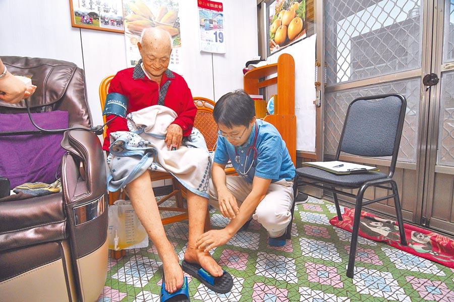 余尚儒在都蘭村建立在宅醫療,直接走進老人家裡看診。(莊哲權攝)