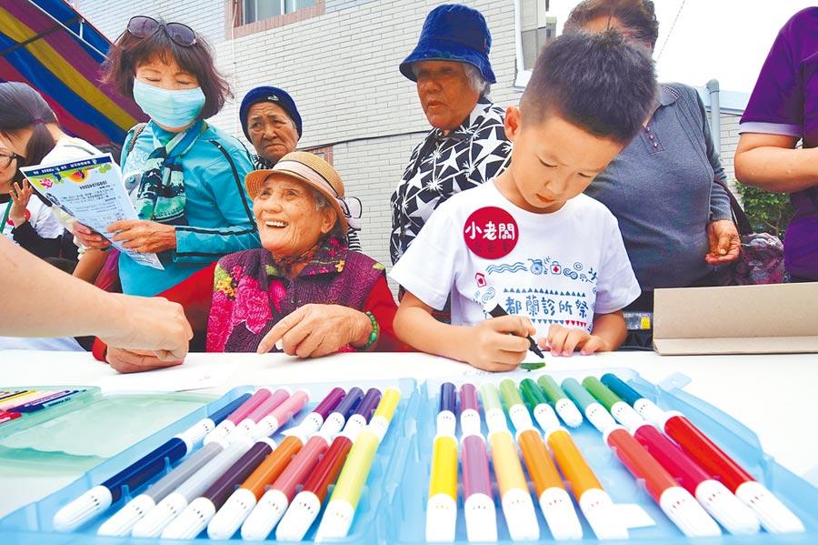 都蘭診所去年12月舉辦「診所祭」,邀請部落的老人與小孩一起參與。(莊哲權攝)