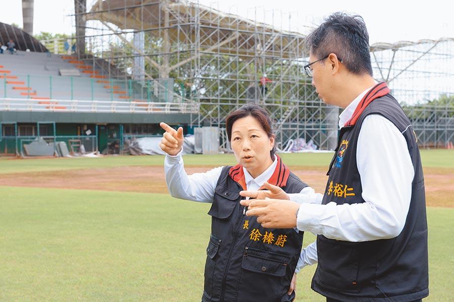 中職8月初移師花蓮開打,縣長徐榛蔚(左)關心球場改善工程進度。(許家寧翻攝)