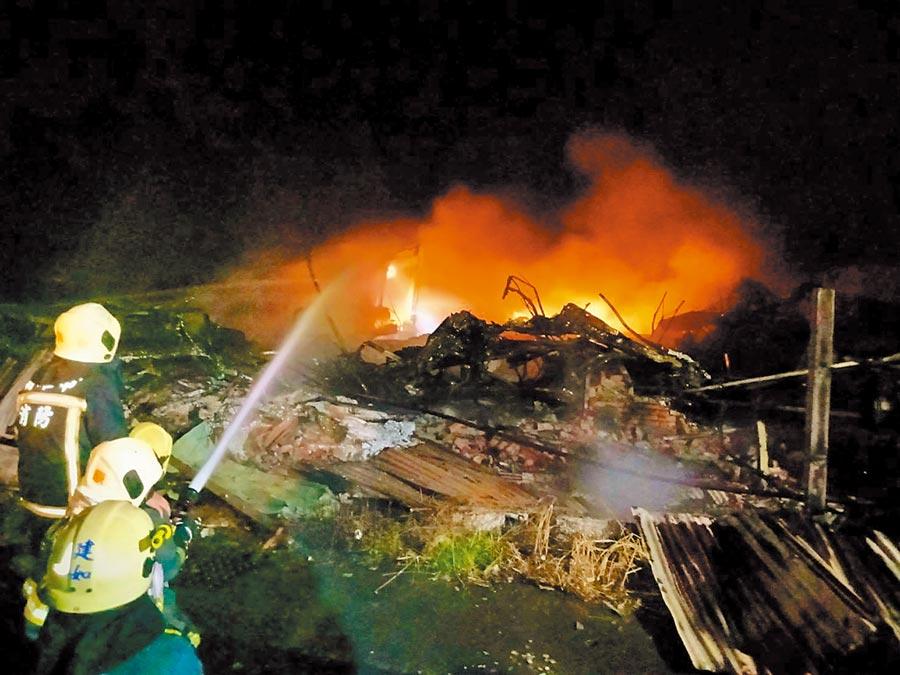高雄市湖內區一家塑膠工廠6日晚間9時23分不明原因失火,濃煙、爆炸聲嚇壞附近居民,所幸無人傷亡。但火災引發的嚴重空汙,環保局已經採樣、準備開罰。(袁庭堯翻攝)