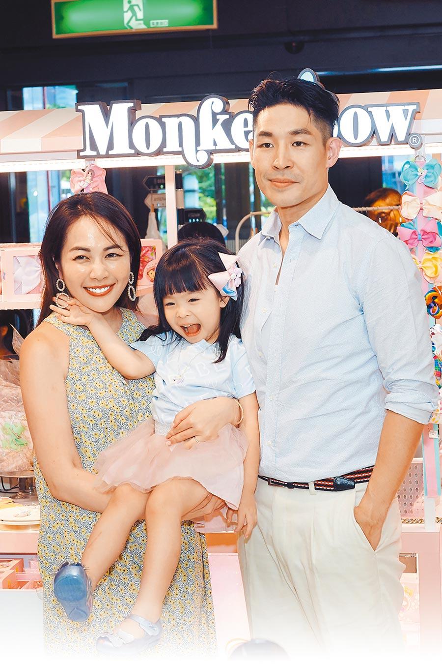 藍鈞天(右)昨帶老婆Fiona和女兒Riley出席一日店長活動。