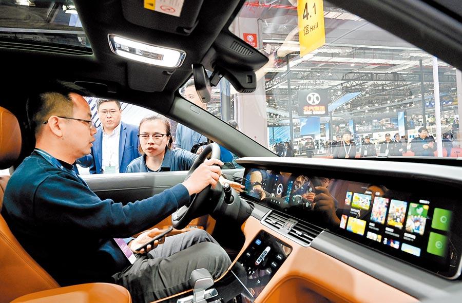 電子設備製造業是科創板主力之一。圖為4月17日,參觀者在電動車駕駛艙體驗車載電子設備。(新華社)