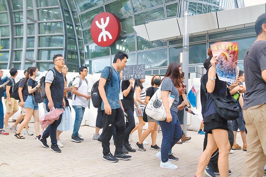 香港民眾持續發起遊行,終點站選在最多陸客往來的高鐵西九龍站。(中央社)