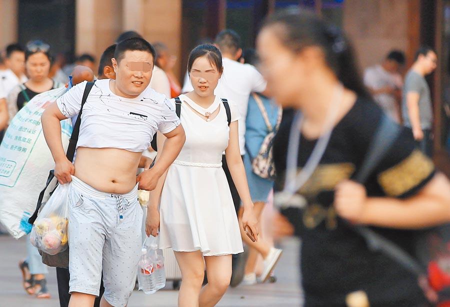 北京比基尼受男士追捧,成解暑降溫新時尚。(CFP)