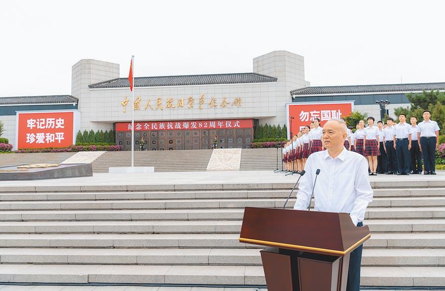 7月7日紀念全民族抗戰(七七事變)爆發82周年儀式在北京舉行,北京市委書記蔡奇主持。(新華社)