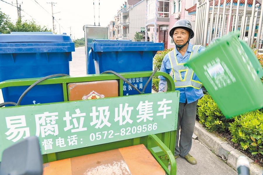 7月4日,浙江垃圾車收集易腐垃圾。(新華社)