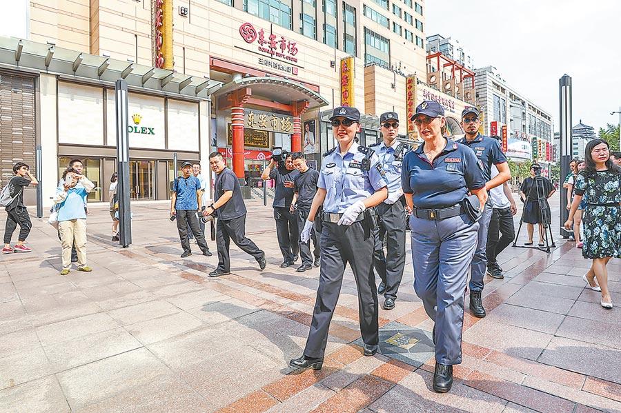 中義兩國警員在王府井步行街聯合巡邏。(鄧偉攝)