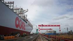 台船為東方海外1.3萬箱貨櫃船完成脫硫器加改裝作業