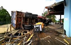 清境農場大貨車衝撞店家翻覆 車頭扭曲變形