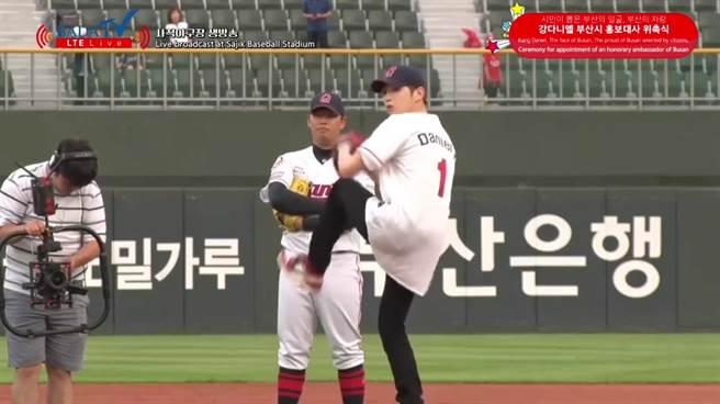 姜丹尼爾為韓職開球,吸引眾多粉絲變成一日棒球迷進場。(截自直播畫面)
