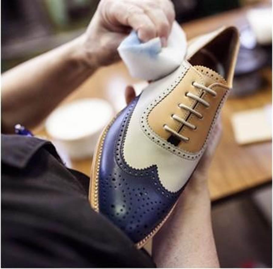 超過140年歷史的西班牙時尚品牌LOTTUSSE Touche牛津款固特異工法訂製鞋,19日至8月8日於新光三越George專櫃訂製商品,專屬訂製價2萬8800元,送原廠皮革名片夾+英國百年精品Corgi紳士襪+精緻木質鞋撐。(新光三越提供)