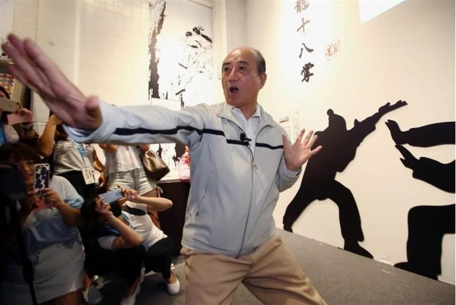 前立法院長王金平27日參觀金庸武俠特展,一時技癢大展身手,令在場媒體大為驚艷。(陳信翰攝)