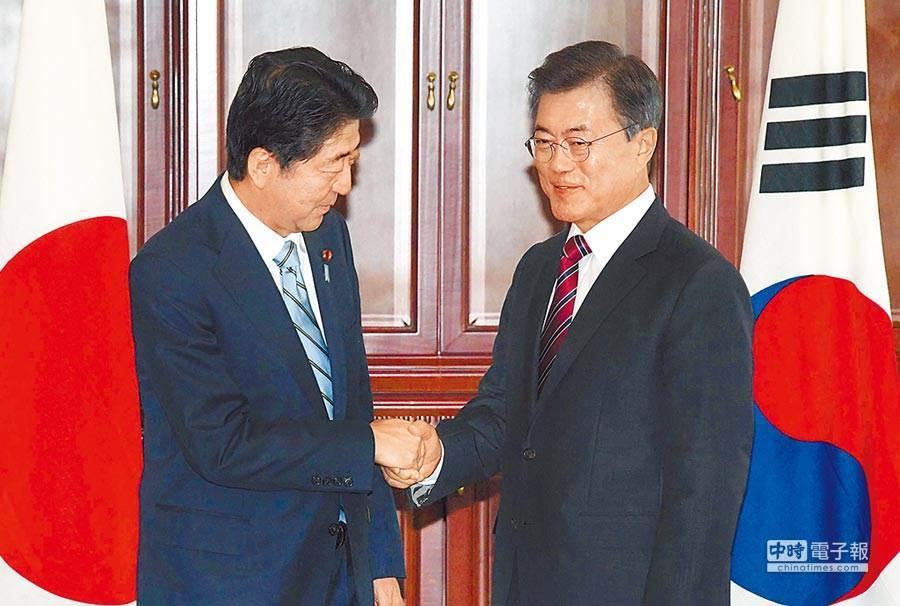 日本首相安倍(左)和南韓總統文在寅(右)先前會面情形。(美聯社資料照片)