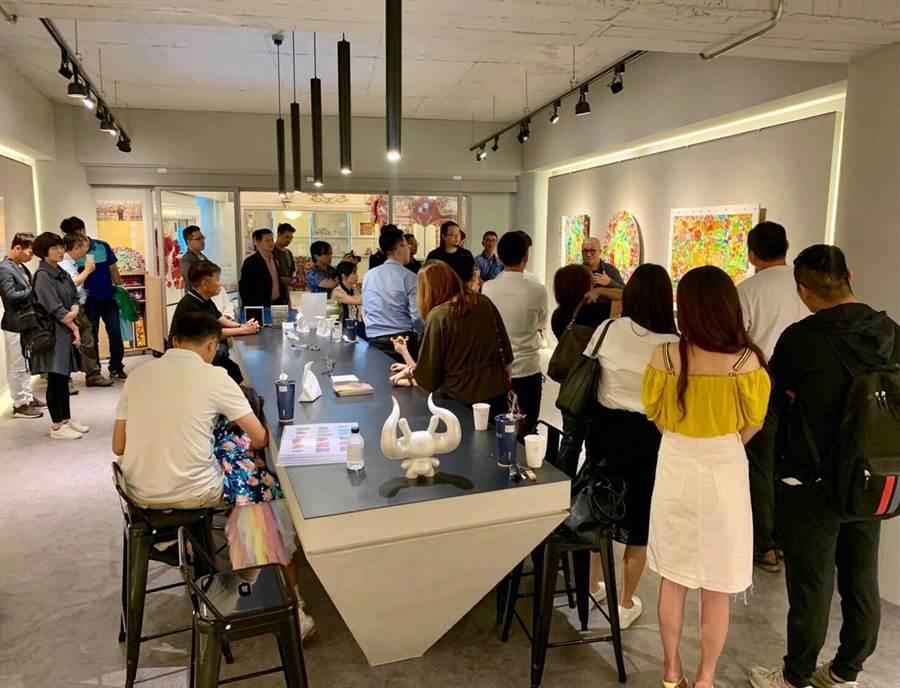 「台灣藝站當代藝廊」為幫助上班族也能投資藝品,首創藏家「保價」及「保租」服務。(林欣儀攝)