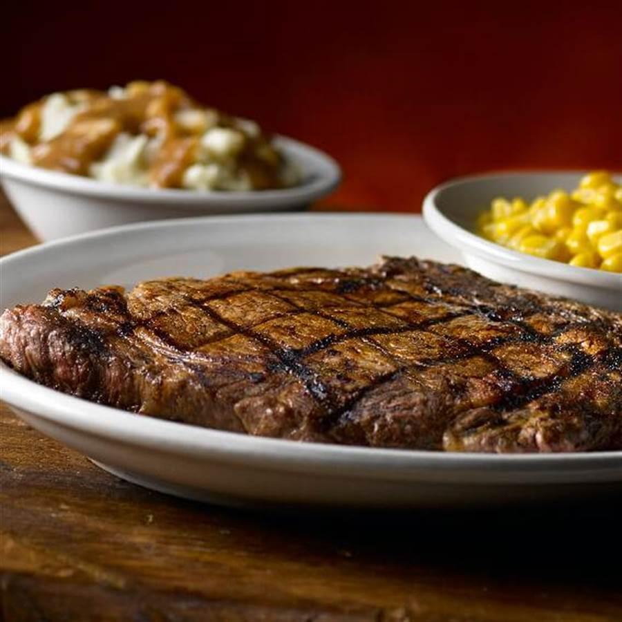 Texas Roadhouse肋眼牛排,脂醇香滑、口感豐富,以獨家特製香料提味,最適合喜愛Q彈口感的老饕。(圖/Texas Roadhouse)