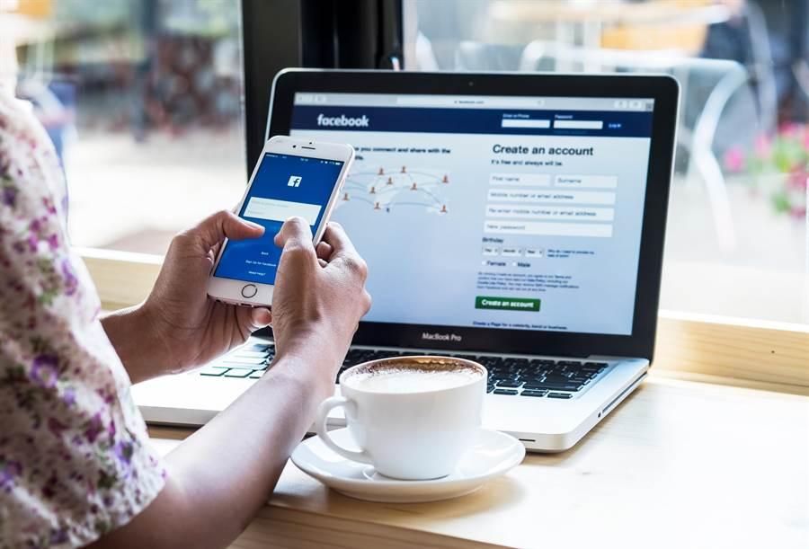 一旦使用臉書,就等同同意所有文字、照片臉書皆可使用。(達志影像)