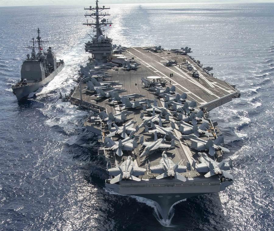 隸屬第7艦隊的美國航母「雷根」號(USS Ronald Reagan,CVN76)6月30日在提康德羅加級(Ticonderoga-class)巡洋艦「錢瑟勒斯維爾」號(USS Chancellorsville,CG 62)陪同下,穿越菲律賓海。(美國海軍)